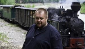 In spatele lui Cristian Tabara,  mocanita pare un tren de jucarie mic